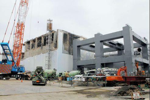Construction d'une strucutre métallique pour vider l'uranium contenu dans la piscine du réacteur 4.