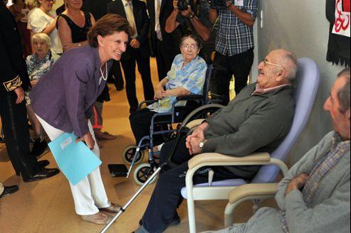 La ministre des Personnes âgées, Michèle Delaunay, lors d'une visite dans une maison de retraite, le 17 août 2012 à l'EHPAD d'Aiguillon (Lot-et-Garonne).