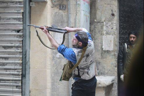Un soldat de l'Armée syrienne libre en plein combat à Alep, le 26 février dernier.