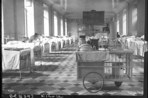 La salle commune de l'hôpital Lariboisière, à Paris, en 1911.