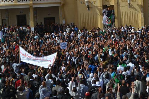 Des manifestants sur la place de l'Armée de libération nationale, récemment renommée place «Tahrir», à Ouargla, dans le sud Algérien. Crédits photo: Mélanie Matarese