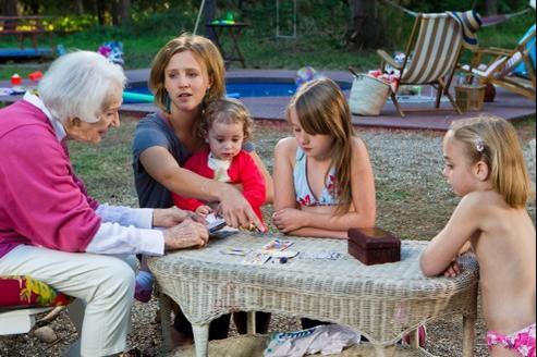 Gisèle Casadesus (à gauche) incarne la grand-mère idéale qui diffuse un charme malicieux et une sagesse délicate.