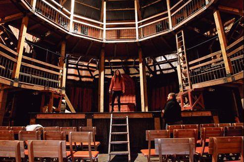 Le théâtre élisabéthain itinérant, une construction de bois, toute ronde (12 m de diamètre et 10,80m de haut), avec ses escaliers, ses balcons, ses acteurs...