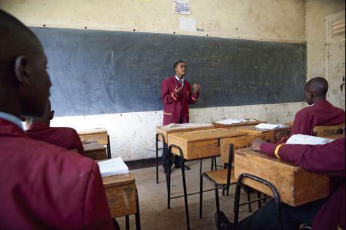 Cours de français pour des lycéens d'une école privée de Nairobi, au Kenya.