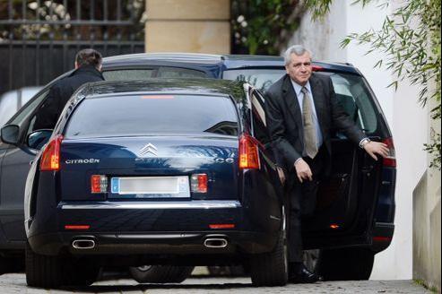 Me Therry Herzog arrive au domicile parisien de Nicolas Sarkozy, samedi matin. Il a été suivi de Véronique Waché, l'attachée de presse de l'ancien chef de l'État.
