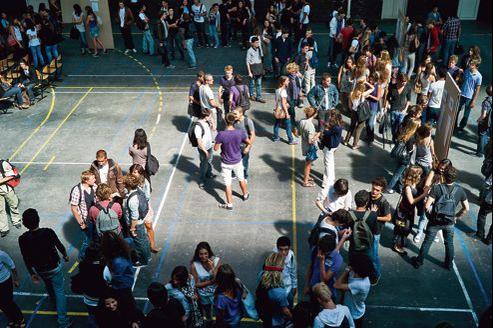 Des élèves de seconde et terminale du lycée Chaptal, dans le XVIIe à Paris, lors de la rentrée des classes en septembre2010.