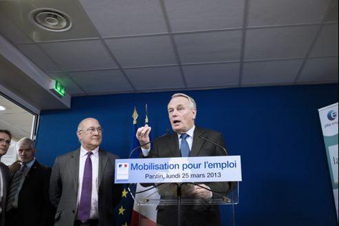 Le premier ministre Jean-Marc Ayrault, lundi à Pantin. À ses côtés, Michel Sapin, ministre du Travail.