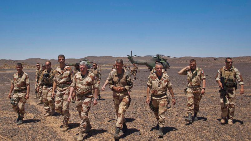 Rassemblement de troupes françaises, vendredi au sud de Tessalit, pour la visite du chef d'état-major de l'armée de terre, le général Bertrand Ract-Madoux.