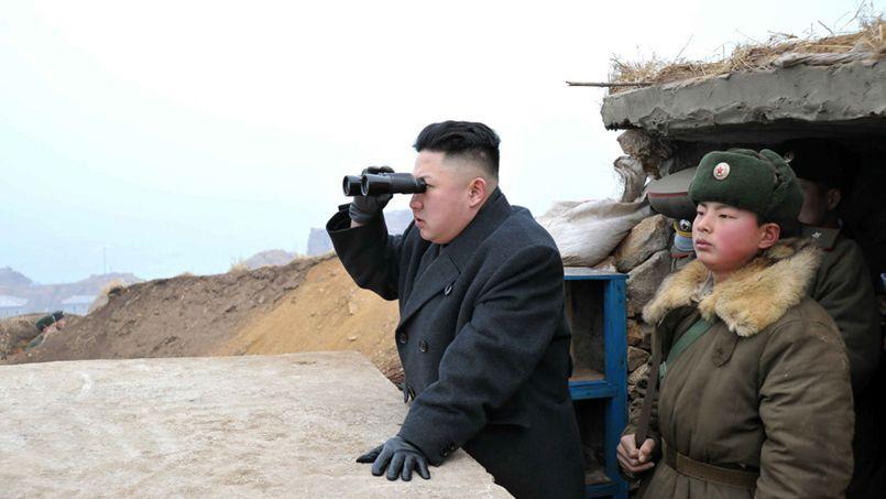 Dans cette photo rendue publique début mars, le dirigeant nord-coréen Kim Jong Un observait la Corée du Sud à l'aide de ses jumelles.
