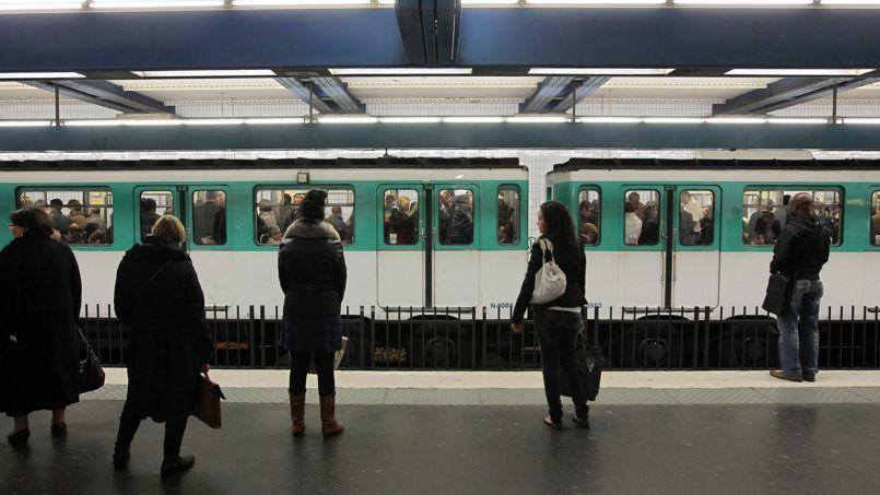 Des usagers attendent sur le quai d'une station de la ligne 4 du métro parisien.