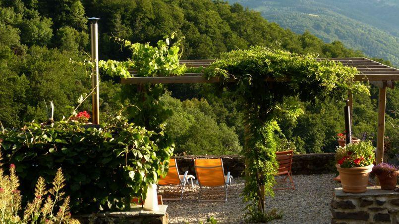 Sur le chemin de Compostelle, ce vieux bistrot et de sa terrasse panoramique séduiront les contemplatifs.