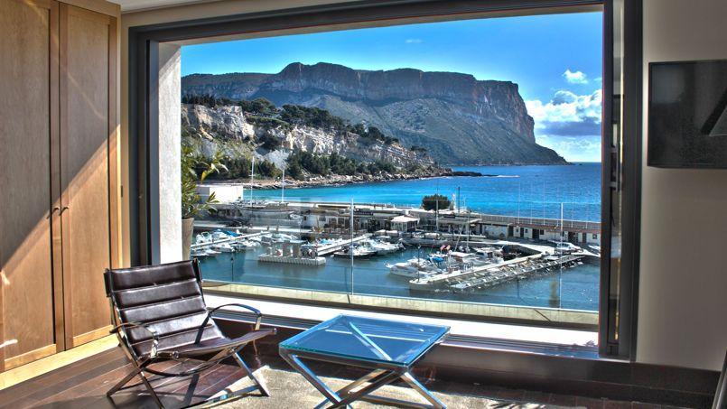 La Méduse offre à ses hôtes un panorama superbe sur le port de Cassis et le cap Canaille.