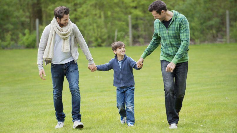 Une famille d'hommes avec un enfant issu d'une GPA. C'est interdit en France, mais possible aux Etats-Unis.