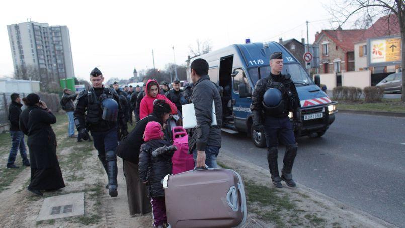 Des Roms expulsés de leur bidonville de Ris-Orangis (Essonne), le 3 avril.