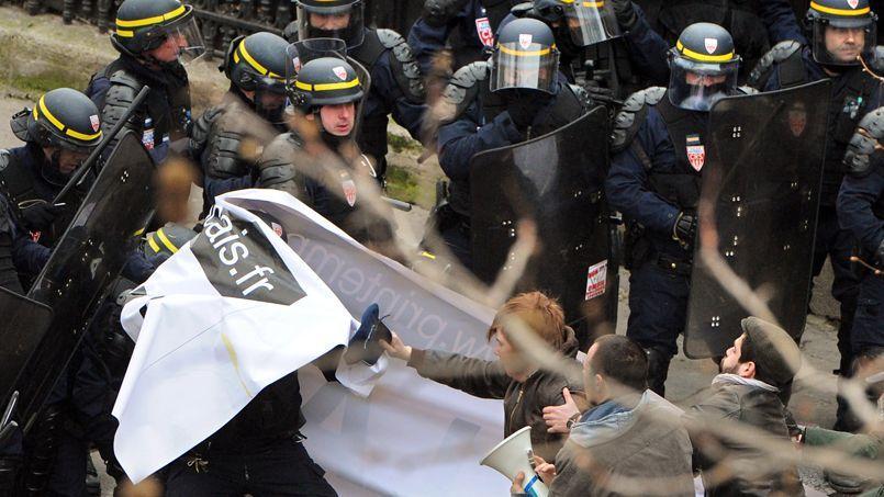 Des heurts entre la police et des manifestants, lors de la manifestation contre le mariage gay le 24 mars, à Paris.