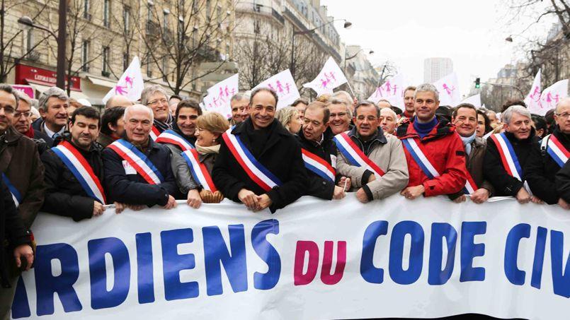 Jean-François Copé entouré de nombreux élus de l'UMP le 13janvier, à Paris, au cours de la manifestation contre le projet de loi Taubira sur le mariage homosexuel.