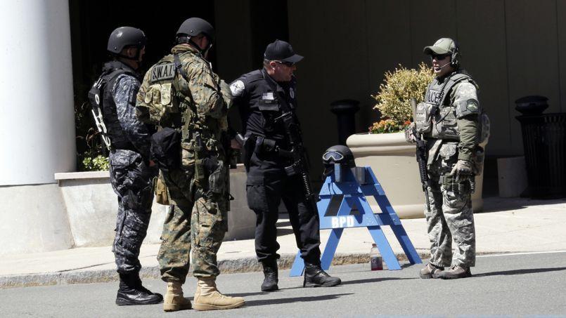 Policiers devant un poste de police près du site de l'explosion des bombes à Boston le 18 avril.