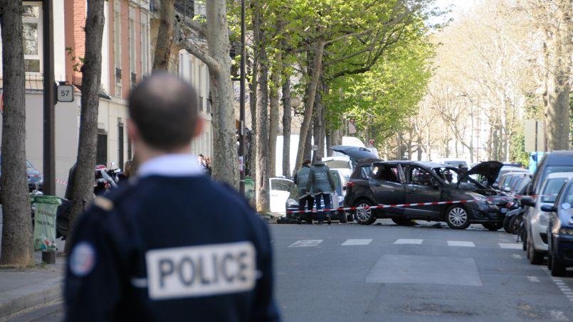 Deux individus armés sont arrivés par l'arrière du véhicule. Un troisième homme aurait surgi à l'avant à scooter.
