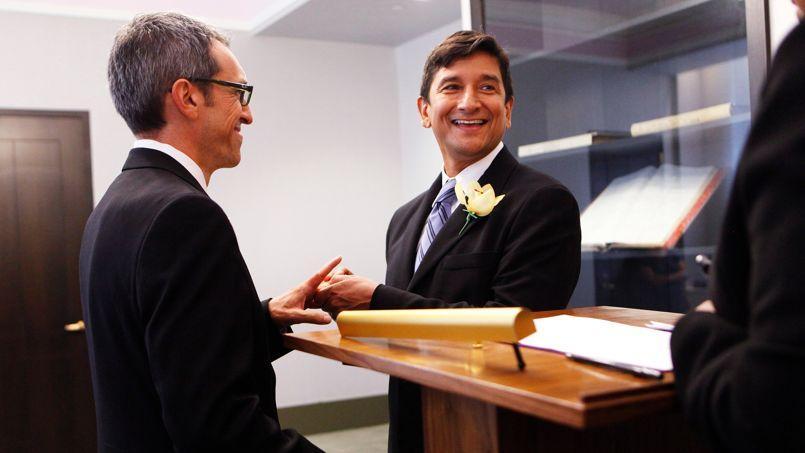 Un couple de même sexe se marie à New York, où le mariage gay a été légalisé en juin 2011.