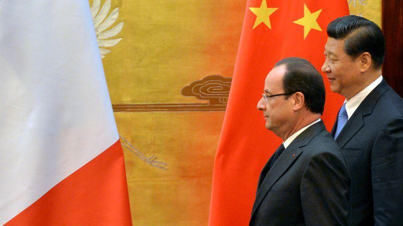 François Hollande et son homologue chinois Xi Jinping, dans le hall monumental du Palais du peuple, jeudi à Pékin.