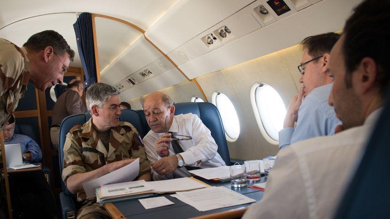 Le ministre de la Défense Jean-Yves Le Drihan en discussion vendredi avec l'état-major dans l'avion qui l'emmenait au Mali pour une visite aux troupes.