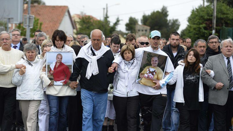 Les proches des victimes du tueur d'Istres, lors de la marche blanche de ce samedi