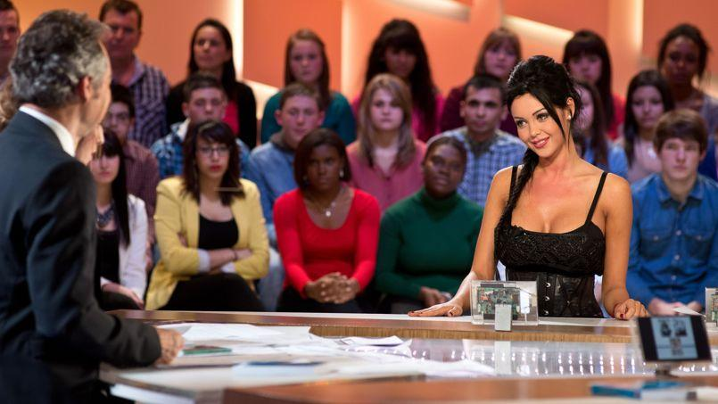 Nabilla, lors de son intervention sur le plateau du Grand Journal le 11 avril.