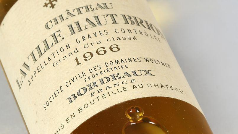 Château Laville Haut Brion, Graves Blanc, 1966, estimé 180 à 200 €.