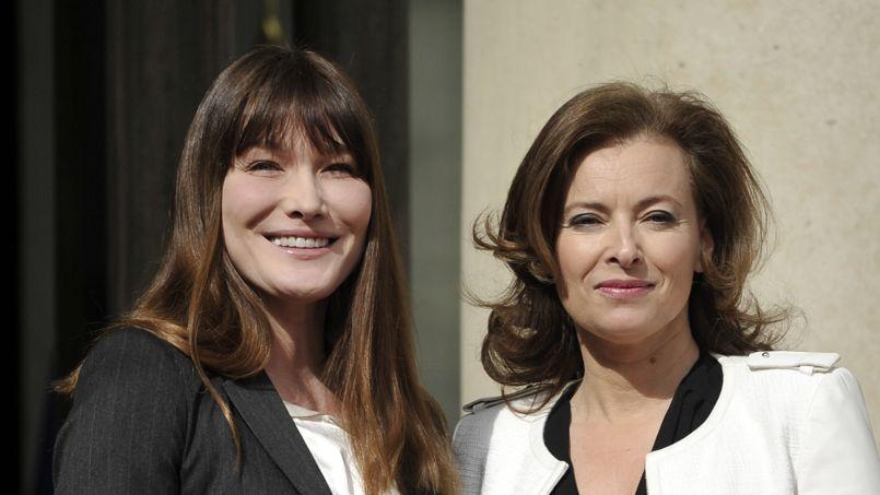 Carla Bruni-Sarkozy et Valérie Trierweiler, le 15 mai 2012 lors de la passation de pouvoirs à l'Élysée entre Nicolas Sarkozy et François Hollande.