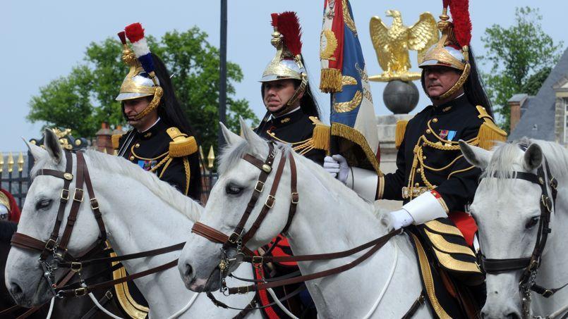 Ce symbole de la République, qui compte 2959 gardes républicains, coûte 280 millions d'euros par an.