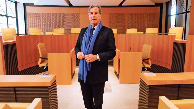 Le Conseil constitutionnel, présidé par Jean-Louis Debré, travaille comme un tribunal classique: il écoute chacune des parties avant de prendre sa décision.