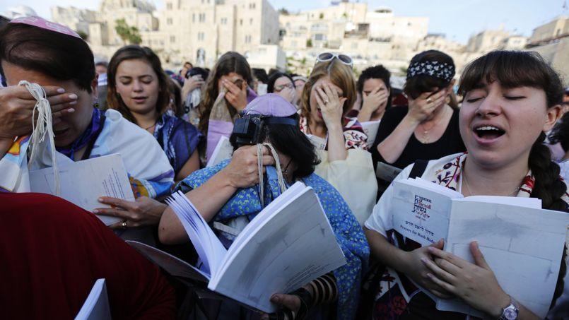 Les Femmes du Mur, dont certaines portaient des châles de prière et des phylactères, ont tenu pour la première fois une prière collective devant le mur des Lamentations.