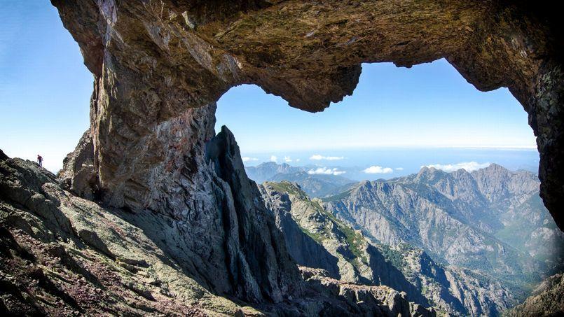 Une roche abrupte dans la montagne corse.