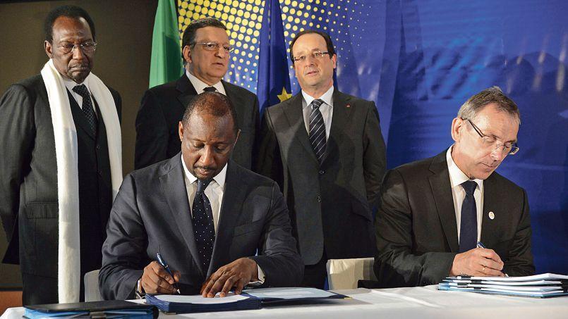Le ministre des Affaires étrangères malien, Tieman Coulibaly, et le commissaire européen, Andris Piebalgs, signent un accord entre l'Europe et le Mali en présence de Dioncounda Traoré, José Manuel Barrosoet François Hollande, le 15 mai à Bruxelles.