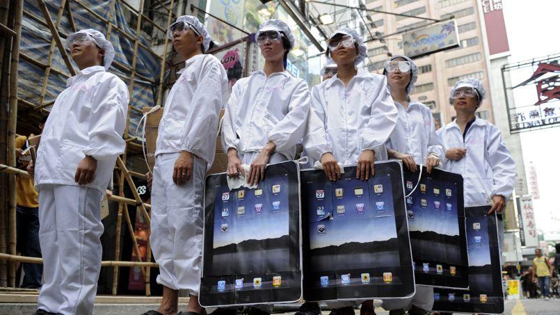 Des manifestants déguisés en ouvriers de Foxconn, le sous-traitant taïwannais d'Apple, à Honk Kong en mai 2011.