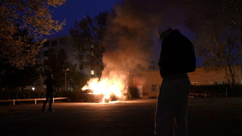 Une voiture en feu à Kista, l'un des districts de la ville de Stockholm.