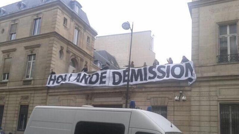 Des jeunes du mouvement Génération identitaire ont réussi à escalader la terrasse du siège du Parti à Paris.