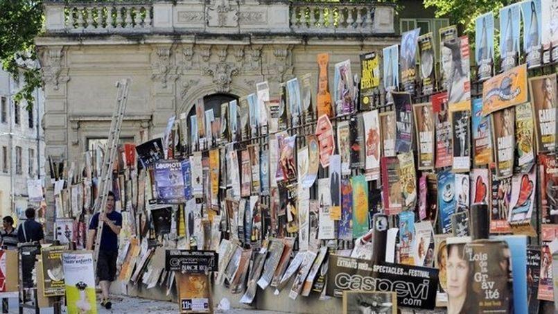Affiches pour les spectacles de l'édition 2011 du Festival Off d'Avignon (Crédit photo: AFP/Anne-Christine Poujoulat)
