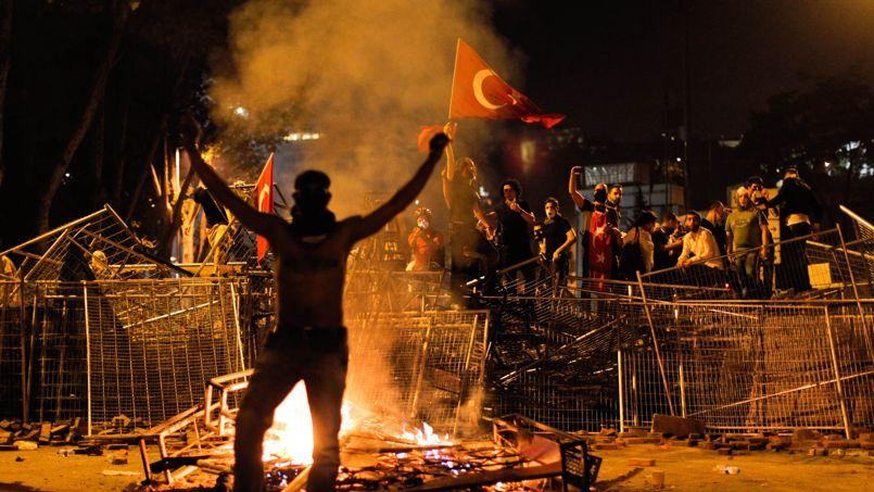 Des manifestants sur la place Taksim, au centre d'Istanbul.