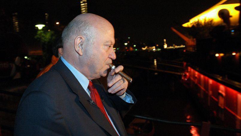 André Santini, sénateur maire UDI d'Issy-les-Moulineaux, a créé le club des parlementaires amateurs de havanes en 1994.