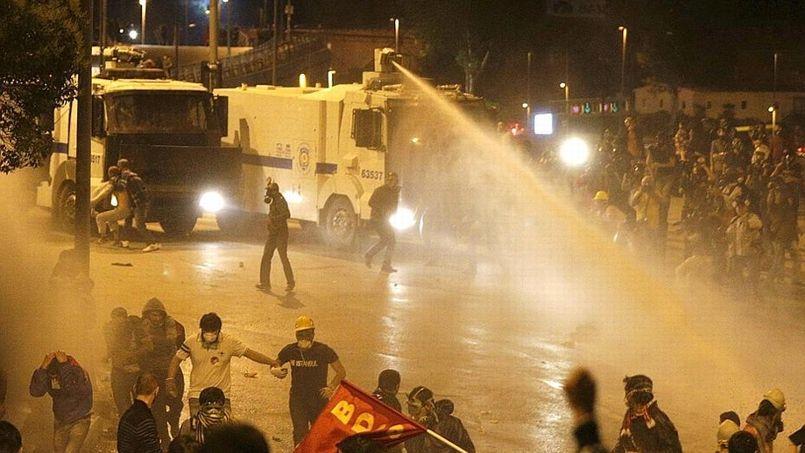 La police disperse les manifestants à Istanbul à coups de canon à eau.