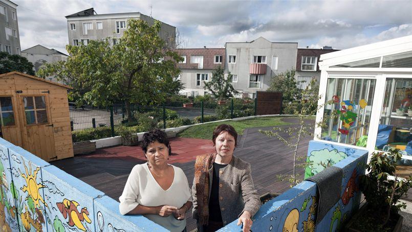 Natalia Baleato (à gauche), la directrice, et Monique Reuet (à droite), la présidente de la crèche Baby Loup, en 2010 dans la cité de la Noé, à Chanteloup-les-Vignes (Yvelines).