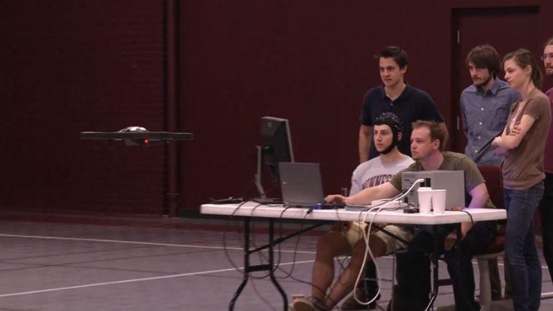 Le test du drone à quatre rotors a été réalisé dans un gymnase de l'université du Minnesota.