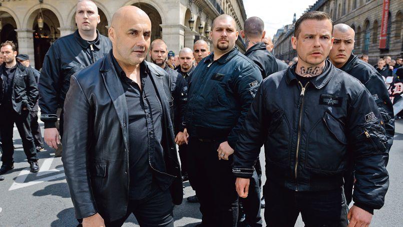 Serge Ayoub (à gauche), le leader des Jeunesses nationalistes révolutionnaires, le 12 mai, place des Pyramides à Paris.