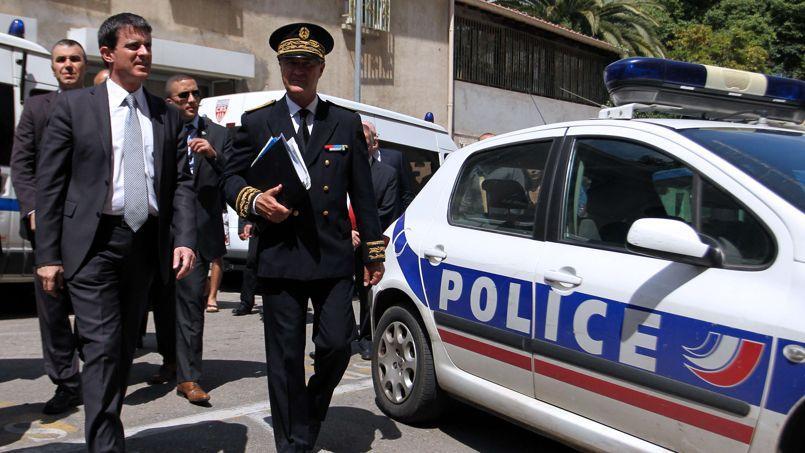 Manuel Valls à Ajaccio au début du mois de juin en compagnie du préfet de Corse-du-Sud, Patrick Strzoda, au cours d'un déplacement du ministre de l'Intérieur en en Corse.