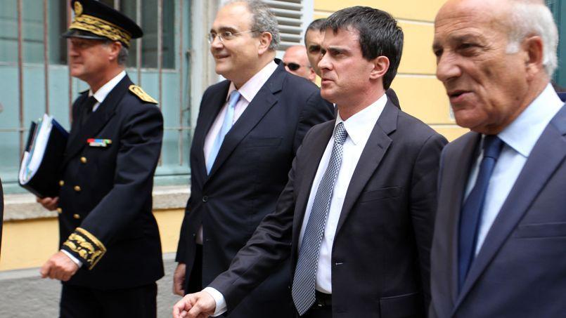 Manuel Valls en compagnie du préfet de Corse-du-Sud et des élus de l'île, lors d'un déplacement à Ajaccio début juin.