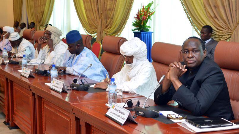 L'envoyé de la présidence malienne, Tiebile Drame (à droite), lors d'une rencontre avec les représentants touregs, la semaine dernière à Ouagadougou, au Burkina-Faso.