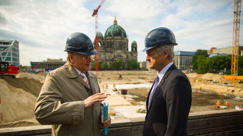Le ministre des Infrastructures et des Transports, Peter Ramsauer (à droite) et Manfred Rettig, directeur de la fondation Berliner Schloss (à gauche). Crédit photo: Hannibal/dpa
