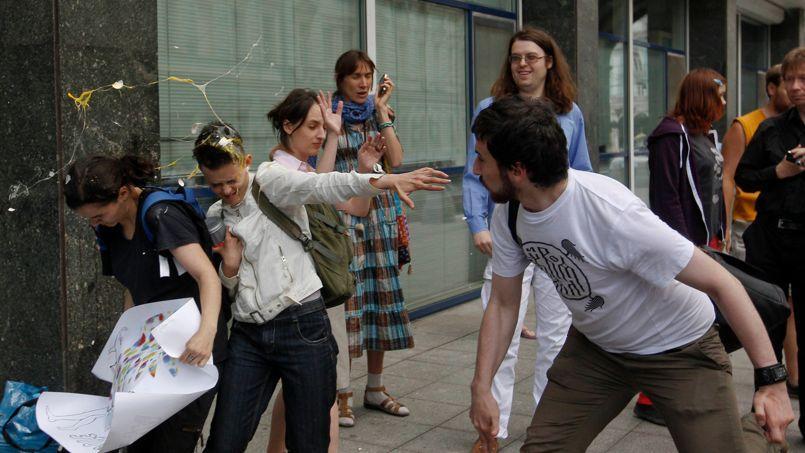 Un extrémiste orthodoxe lance des œufs sur des pro-mariage gay dans une rue de Moscou, mardi.