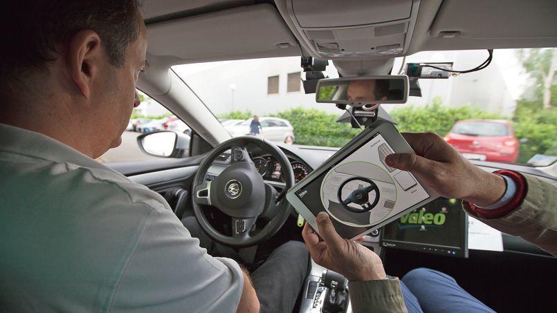 La tablette fait office de télécommande permettant de piloter le véhicule depuis n'importe quel siège et même de l'extérieur.